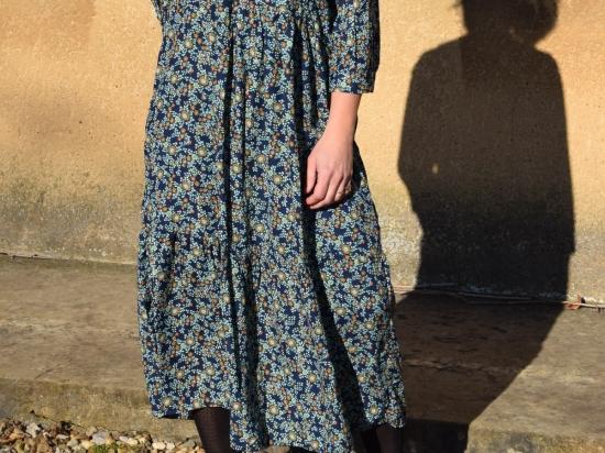 Robe longue fleurie, bleu marine