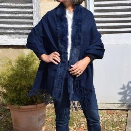 Châle bleu marine, bordure en fourrure de lapin